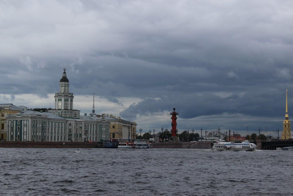 Водные экскурсии в Санкт-Петербурге, водные экскурсии по рекам и каналам, водные экскурсии по Неве, водные прогулки на развод мостов, причал у Университетской набережной у Кунсткамеры