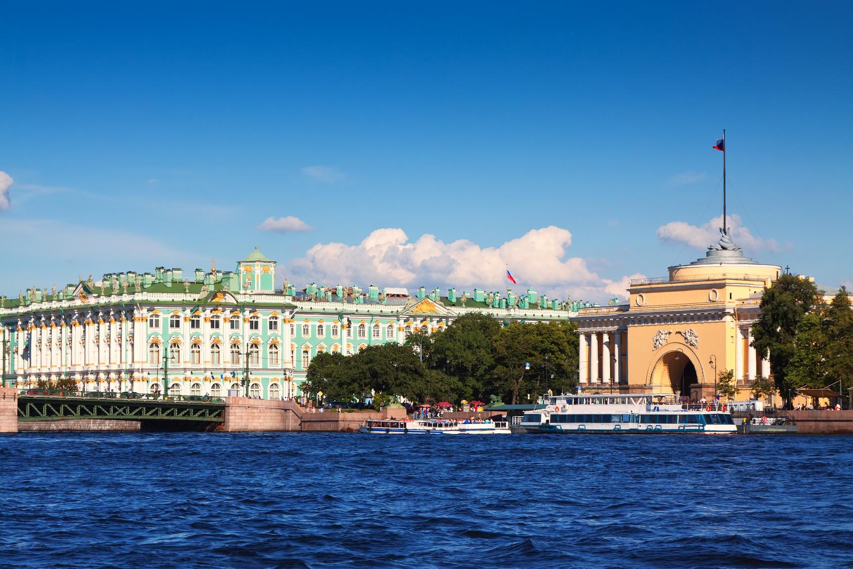 """Водные экскурсии в Санкт-Петербурге, водные экскурсии по рекам и каналам, водные экскурсии по Неве, водные прогулки на развод мостов, пристань """"Спуск со львами"""" у Адмиралтейской набережной д.2"""